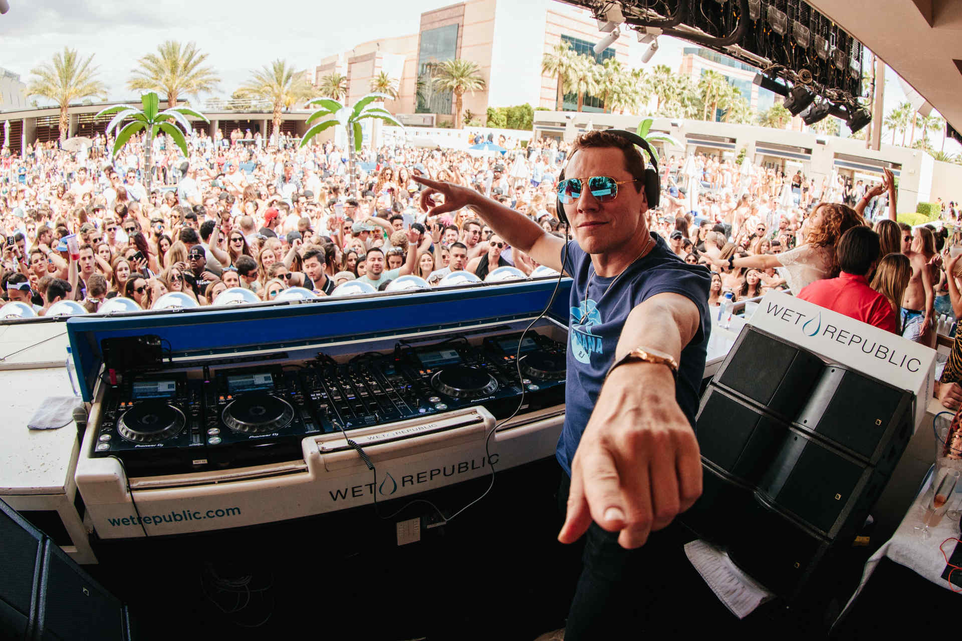 Tiësto goes back-to-back on the remix end with an edit of Joel Corry, MNEK's 'Head & Heart'Tiesto